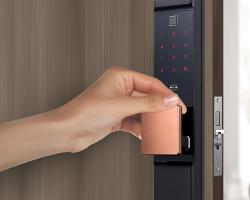 Cách mở khóa cửa vân tay, khóa điện tử khi hết pin