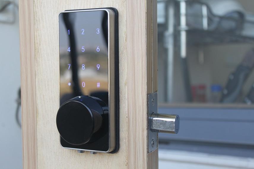 Dùng đến chìa khóa cơ của ổ khóa cửa nhà thông minh khi quên mật khẩu, thẻ từ...