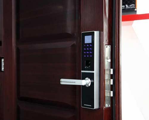 Lắp đặt khóa cửa điện tử cho cửa gỗ