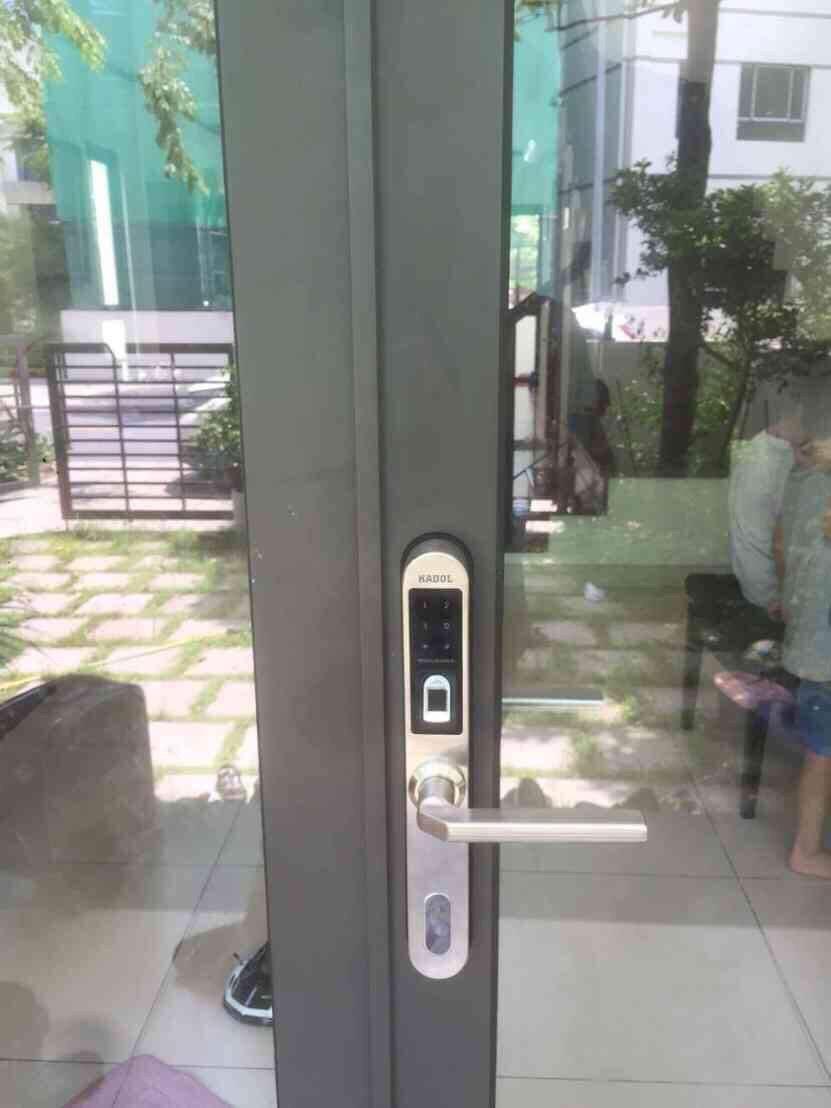 Lắp đặt khóa vân tay tại Hoàng Mai trên cửa nhôm kính