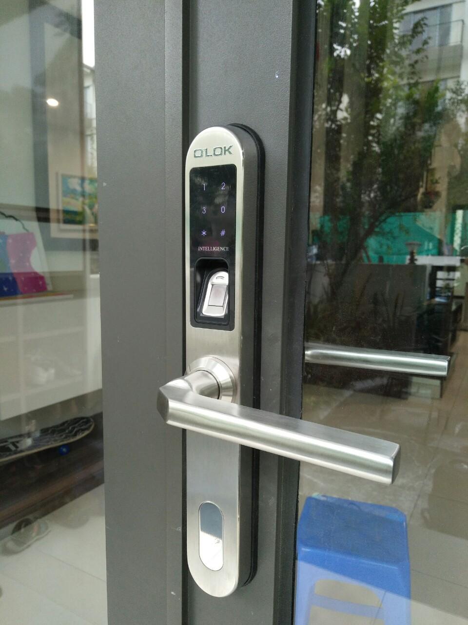 Lắp khóa thông minh cho cửa nhôm kính tại Q.3