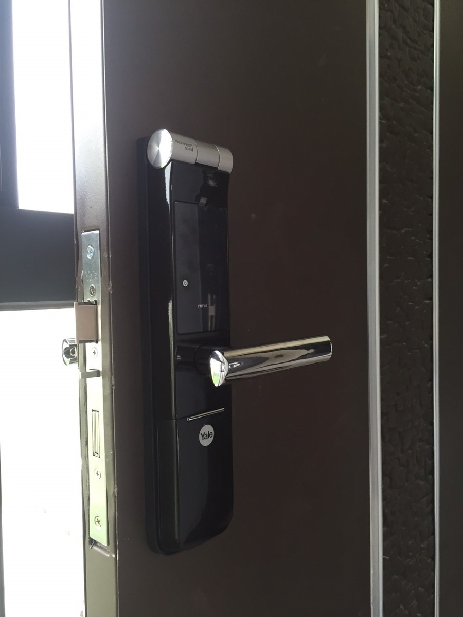 Lắp đặt khóa cửa vân tay Yale YMF40 tại 252 Xuân La