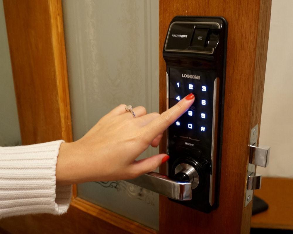 Cách sử dụng mã số chủ của khóa cửa điện tử