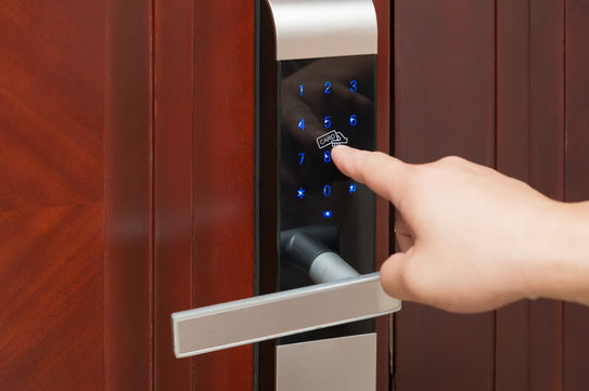 Khóa vân tay thông minh hay khóa mã số bảo mật hơn?