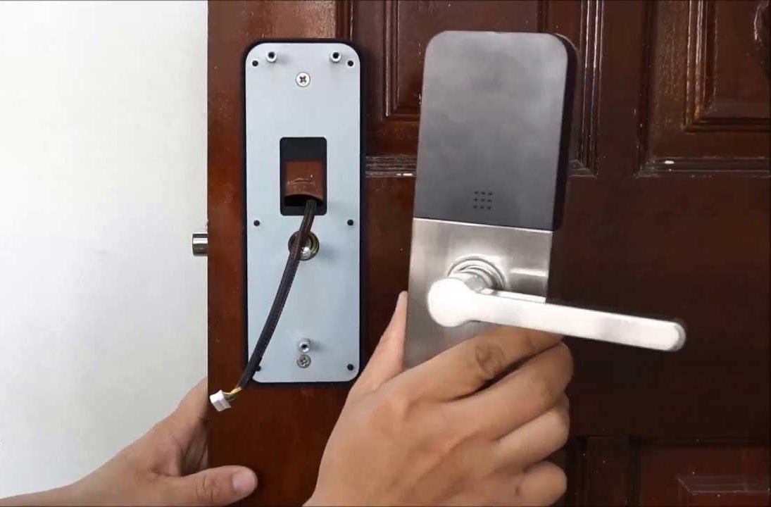 Lắp đặt khóa cửa vân tay cho cửa gỗ